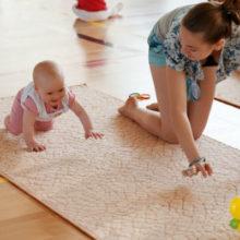Как научить ребенка ползать?